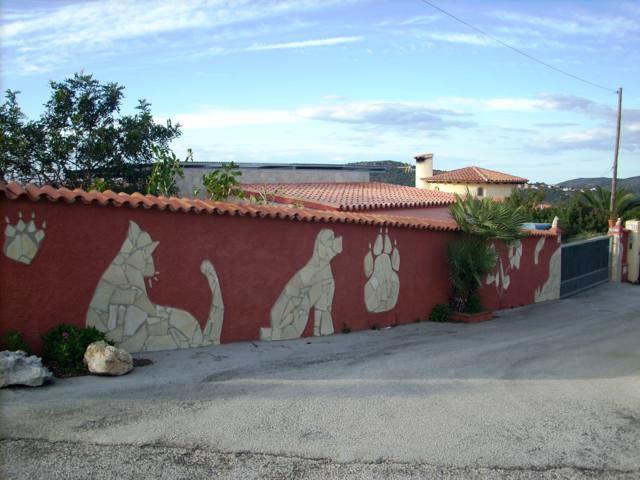 Mauer mit Tierbildern und 2. Einfahrt