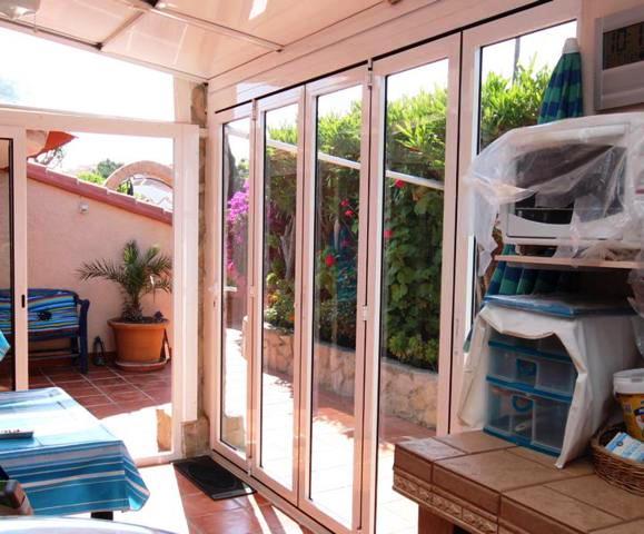 Sommerküche, innen mit aufschiebbarer Seite u. zu öffnendem Dach.